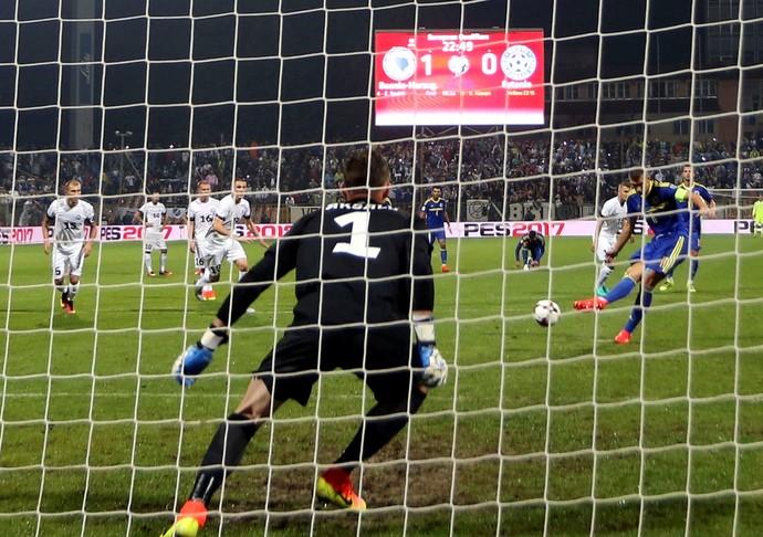 De pênalti, Dzeko marca o segundo gol da Bósnia na vitória de 5 a 0 sobre a Estônia (Foto: Reuters)