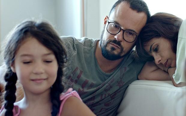 2. Momentos de ternura e melancolia ao lado das filhas e do marido fazem parte do cotidiano de rosa (Foto: Priscila Prade)