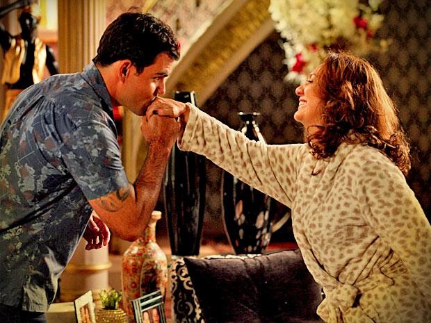 Adauto pede a mão de Muricy em casamento (Foto: Avenida Brasil/ TV Globo)