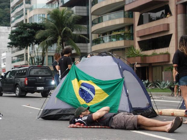 Manifestante acampa em plena Avenida Delfim Moreira (Foto: Alessandro Buzas/Futura Press/Estadão Conteúdo )