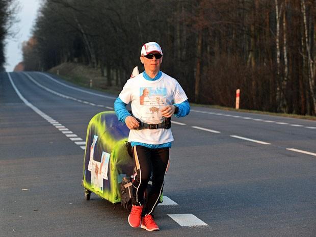 Maratonista polonês Piotr Kurylo na vila polonesa de Radzyn Podlaski, dias após o início de uma caminhada para o Vaticano (Foto: APF/ Janek Skarzynski)