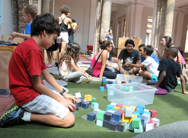 Atividade durante o Pinafamília, na Pinacoteca (Foto: Christina Rufatto)