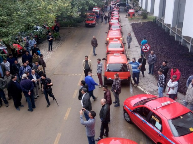 Taxistas chegam à Câmara de Vereadores de Porto Alegre (Foto: Renato Soder/RBS TV)