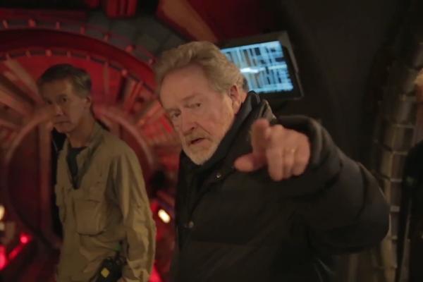 O diretor Ridley Scott no set de filmagens do próximo filme da franquia Alien (Foto: Reprodução)