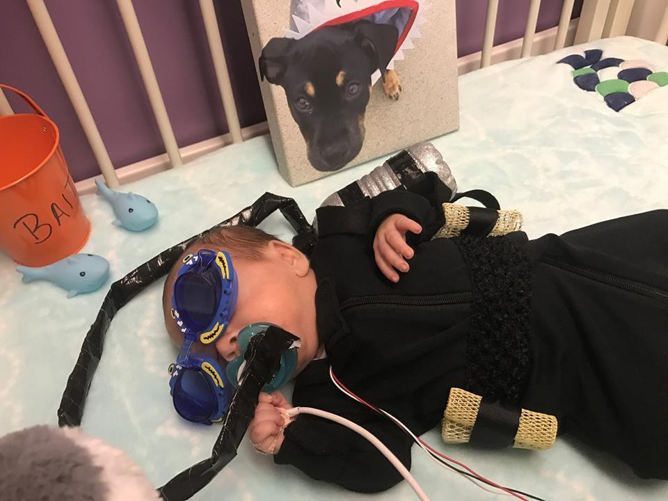 Menino fantasiado de mergulhador (Foto: Reprodução Facebook)