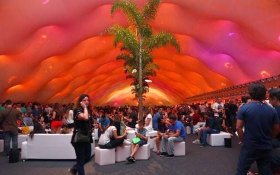 A área vip do evento é o lugar mais disputado para assistir aos shows com todo o conforto (Foto: AG. News)