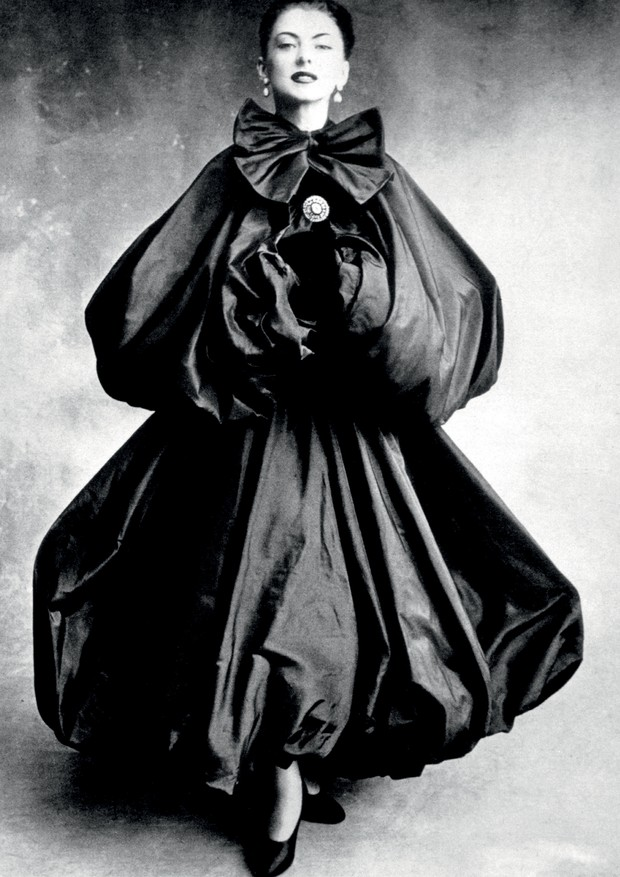 Look Balenciaga clicado por Irving Penn nos anos 50.  (Foto: Irving Penn, Henry Clarke, Getty Images, ©Balenciaga Archives Paris, Divulgação e © The Estate Of Erwin Blumenfeld)