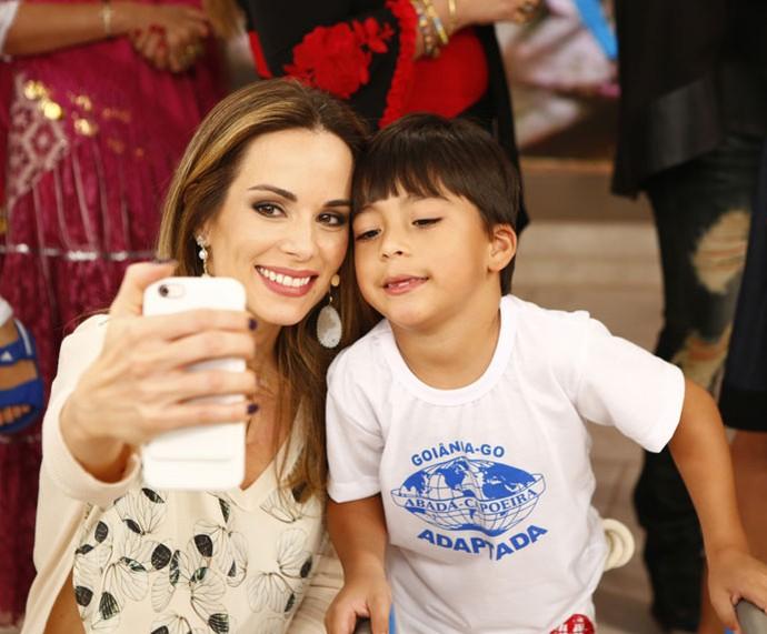 Ana Furtado tira selfie com o fofo o Enzo, menino que joga capoeira  (Foto: Fábio Rocha/Gshow)