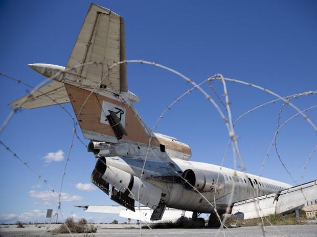 Avião sucateado em aeroporto abandonado no Chipre (Foto: Neil Hall/Reuters)