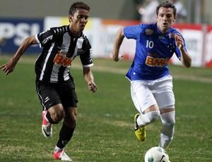 Marcos Rocha, do Atlético-MG, e Montillo, do Cruzeiro (Foto: Washington Alves/VIPCOMM)