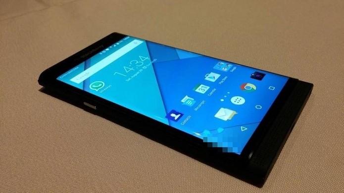 Versão modificada do Android tem elementos do BlackBerry 10 (Foto: Reprodução/Tinhte)