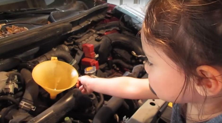 """Vídeo que ensina a trocar óleo do carro é o oitavo publicado no canal """"Little How To Girl"""" (Foto: Reprodução Youtube)"""