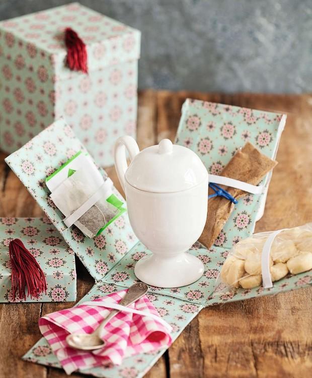 Presente para inglês ver e adorar: kit de chá com biscoitos. Para fazer a embalagem, você só precisa de tecido adesivo, elástico, estilete e uma caixinha. O chá das cinco nunca mais será o mesmo! (Foto: Elisa Correa/Editora Globo)