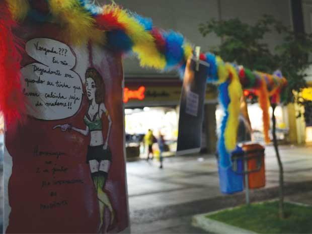 Profissionais do sexo de Campinas fazem desfile em praça pública para pedir liberdade de trabalhar durante a Copa (Foto: Virgginia Laborão / G1)