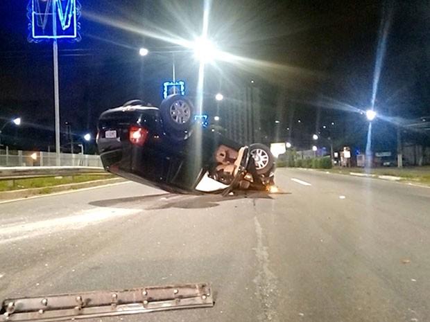 Capotamento aconteceu na madrugada desta quinta-feira (7) em Natal (Foto: Francisco Júnior/Inter TV Cabugi)