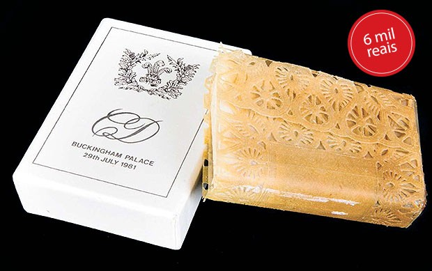 Uma fatia do bolo do casal Charles e Diana vem em uma lata personalizada, entregue aos convidados do casamento, no dia 29 de julho de 1981 (Foto: Clara Molden, Tim Graham / Getty Images, Divulgação)