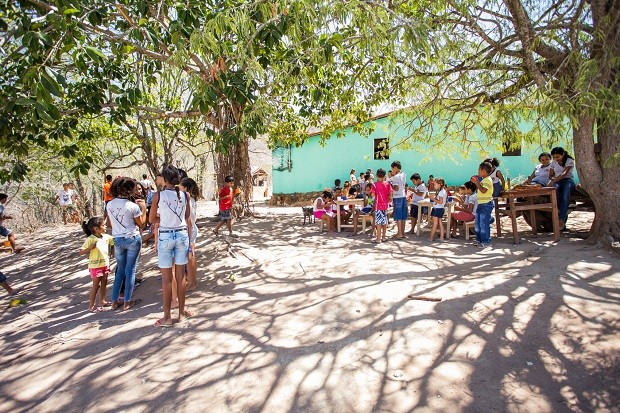 Quando o dia está muito quente, os alunos têm aulas embaixo de árvores (Foto: Jonthan Lins/G1)