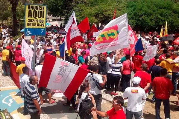 Servidores estaduais se reuniram em assembleia na manhã desta sexta-feira (21) (Foto: Magnus Nascimento/ Tribuna do Norte)