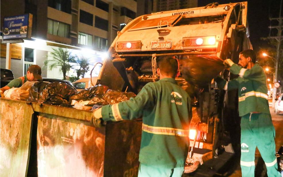 Lixo sendo recolhido pela companhia de limpeza urbana do DF  (Foto: André Borges/GDF/Divulgação)