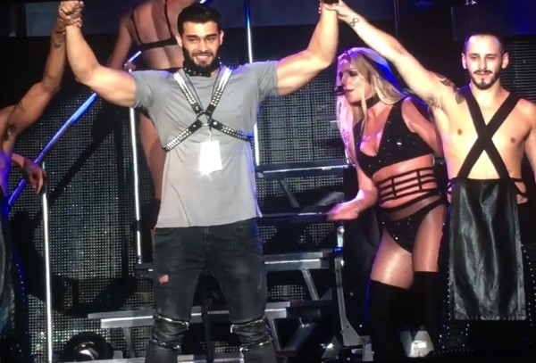 A cantora Britney Spears bate no namorado com chicote em show em Taiwan (Foto: Reprodução)