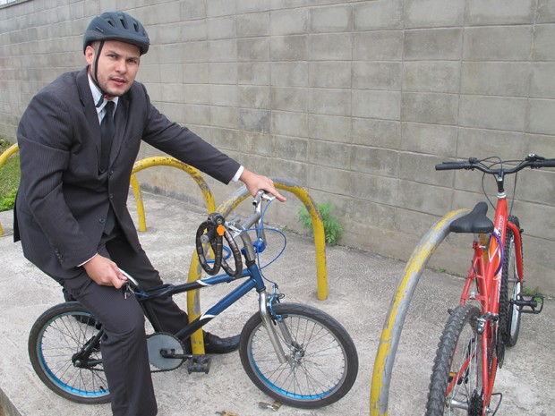 Eduardo Martinez deixa sua bike no paraciclo da Estação Vila Prudente diariamente (Foto: Nathália Duarte/G1)