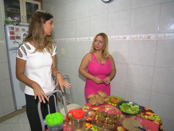 Família vai contar com a ajuda de uma nutricionista para escolher alimentos mais saudáveis (Foto: Globo)