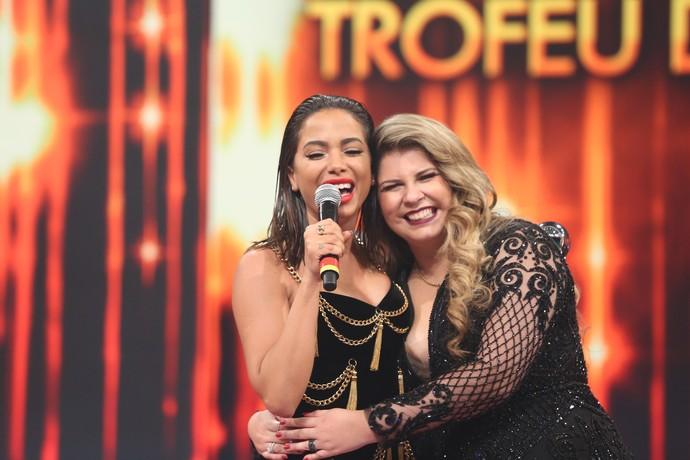 Marília Mendonça agarra Anitta no palco do 'Domingão' (Foto: Carol Caminha / Gshow)