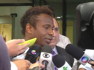 Ex-jogador Edílson presta depoimento na sede da Polícia Federal, em Goiânia, Goiás (Foto: Vanessa Martins/G1)