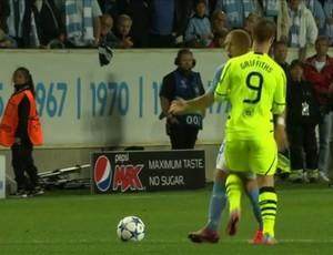 BLOG: Atacante do Celtic dá joelhada em zagueiro do Malmö na Champions