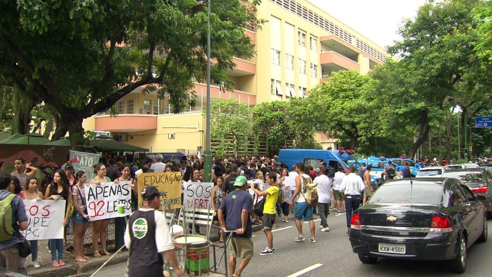 Alunos, servidores e terceirizados da Uerj fazem manifestação (Foto: reprodução / Tv Globo)