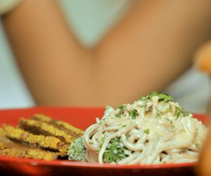 Macarrão sem glúten com molho de tahine e legumes