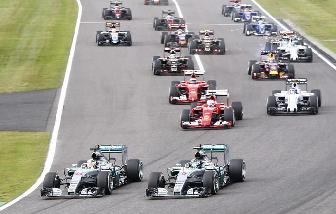 Lewis Hamilton passa Nico Rosberg na largada do GP do Japão (Foto: EFE)