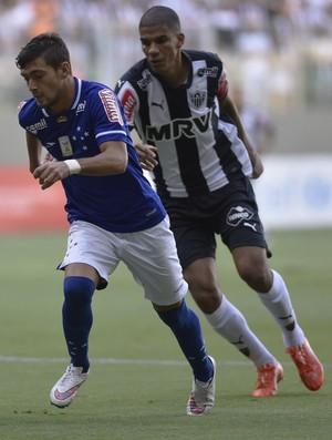 Arrascaeta, Marcos Rocha e Leonardo Silva em disputa de bola no clássico (Foto: Douglas Magno)
