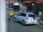 Vídeo mostra trio armado render motorista e roubar carro em Taubaté