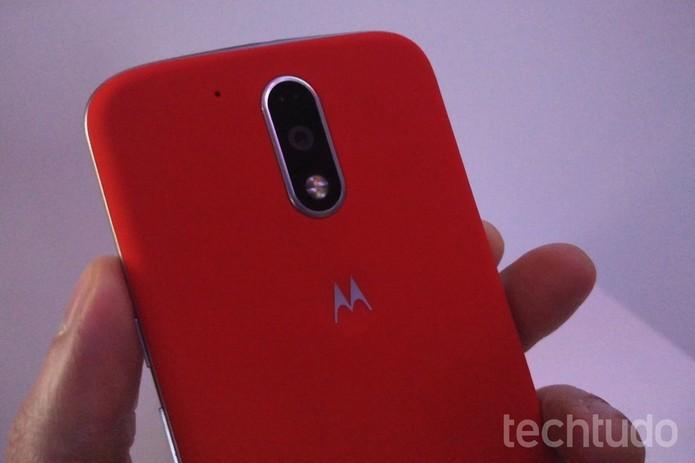 O Moto G 4 Plus vem com uma capa vermelha na embalagem (Foto: Fabricio Vitorino/TechTudo)