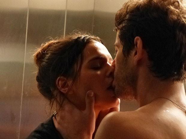 Personagens de Bruna Marquezine e Maurício Destri se beijaram no elevador na primeira semana de I Love Paraisópolos (Foto: Marcele Bessa/Gshow)