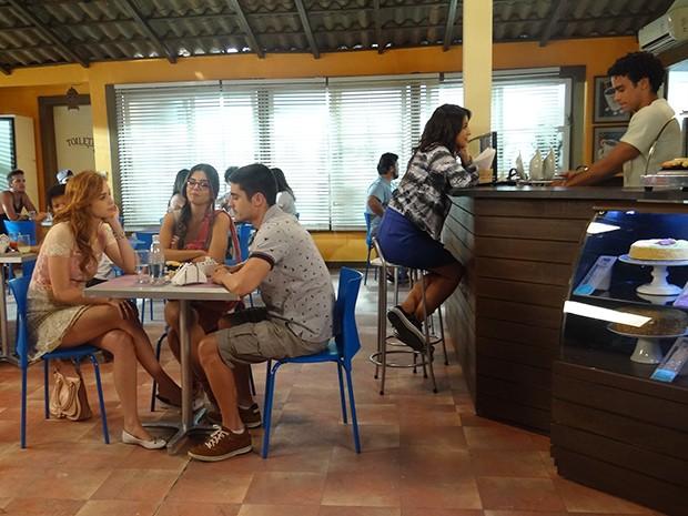 Gaby ignora a conversa da sua mesa para prestar atenção em Emerson e Liz (Foto: Paula Paiva/Gshow)