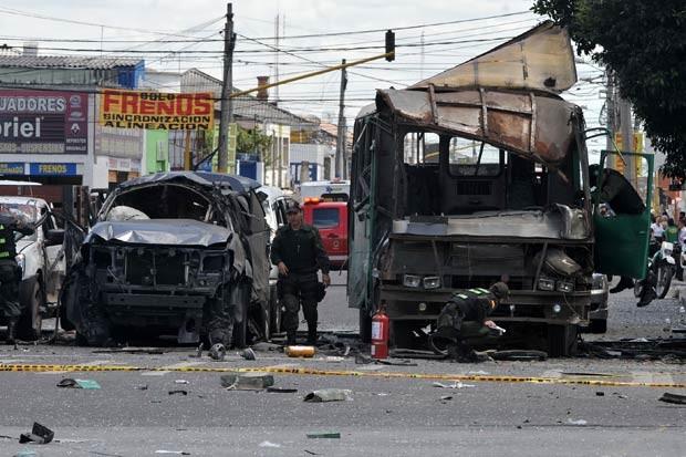 Carro e ônibus destruídos pela explosão nesta terça-feira (15) em Bogotá, capital da Colômbia (Foto: AFP)