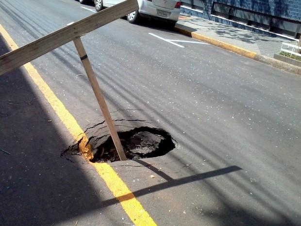 Buraco de quase um metro preocupa moradores em Piracicaba (Foto: Ivo Brieda de Grandi/ VC no G1)