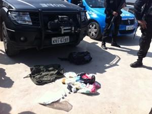Polícia fez apreensões no Alemão (Foto: Alba Valéria Mendonça / G1)