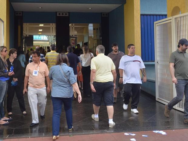 Movimentação de eleitores foi intensa pela manhã no Colégio Marista, maior ponto de votação em Ribeirão Preto (Foto: Adriano Oliveira/G1)