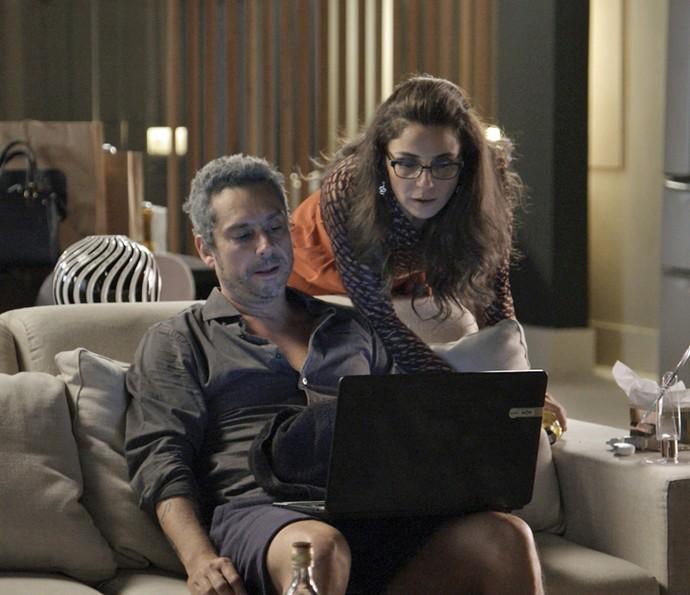 Vendo que o amado não sai da frente do computador, Atena flagra Romero 'xeretando' casamento de Tóia e Juliano na internet (Foto: Tv Globo)