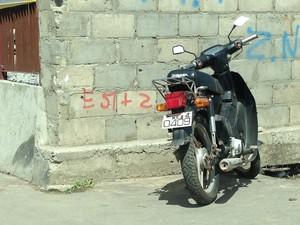 Condutores de motocicletas apelam para placas ilegais. (Foto: Natália Souza/ G1)
