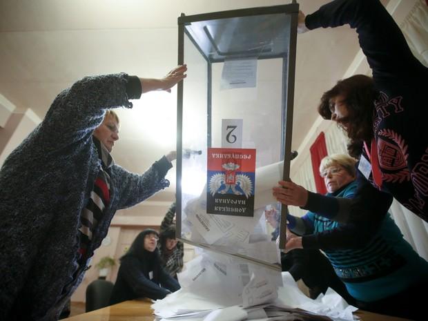 Membros de comissão eleitoral esvaziam urna para apuração dos votos na autoproclamada República Popular de Donetsk, no leste da Ucrânia (Foto: Reuters/Maxim Zmeyev)