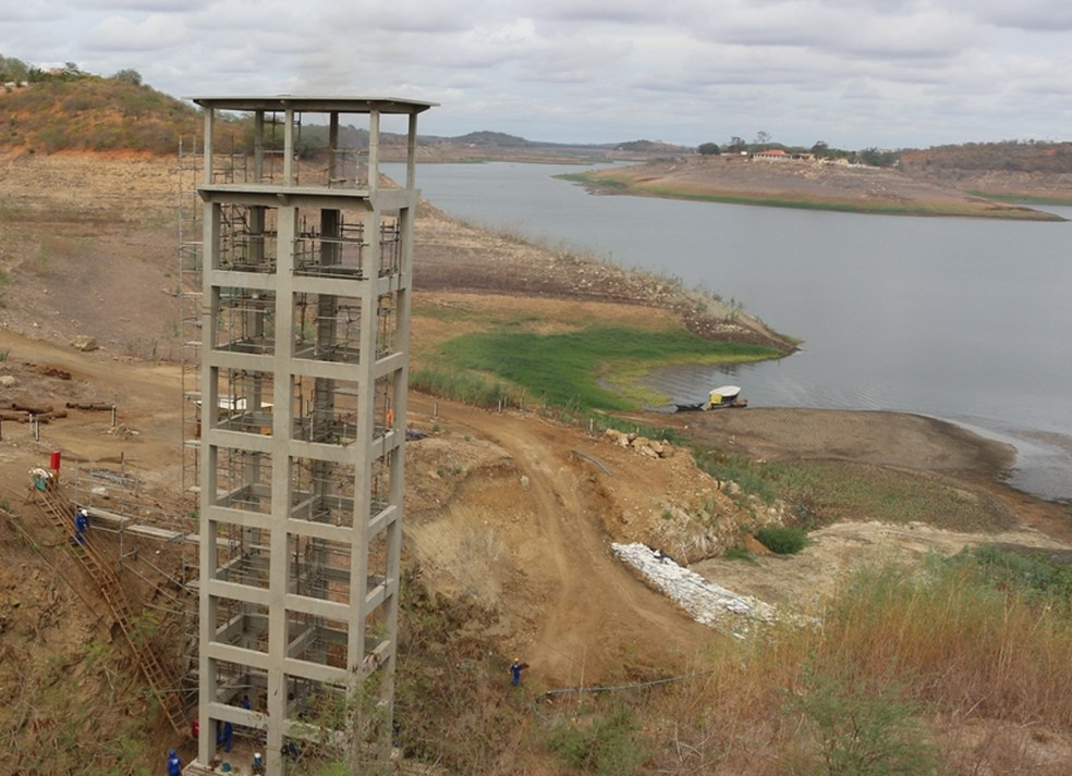 Torre construída para calcular volume já está totalmente descoberta pela água do açude de Boqueirão, na Paraíba (Foto: Artur Lira /G1)