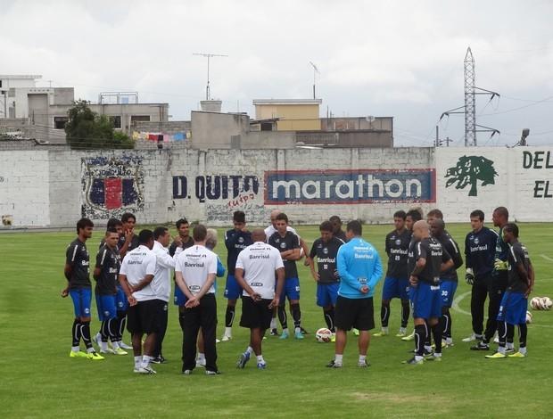 Luxa conversa com grupo do Grêmio em treino em Quito (Foto: Hector Werlang/Globoesporte.com)