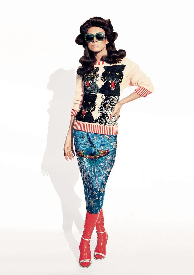 Suéter de lã bordado (R$ 12.840), saia (R$ 9.810) e botas (R$ 5.490) (Foto: Cassia Tabatini)