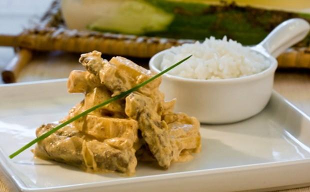 Estrogonofe de palmito pupunha com chips de mandioquinha - Capim Santo (Foto: Divulgao)