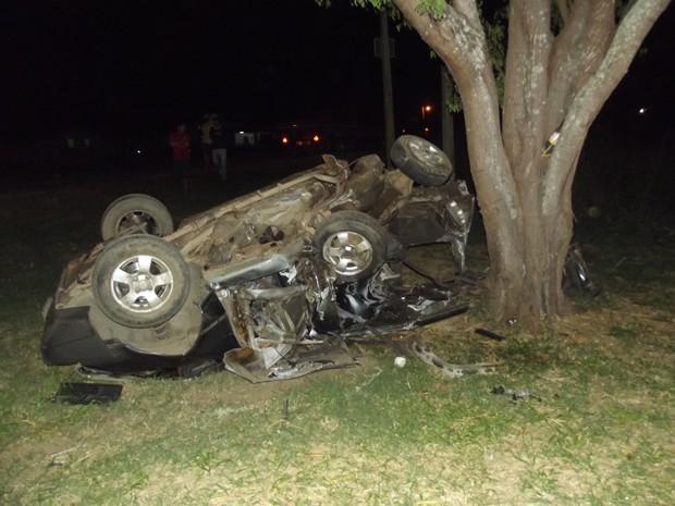 Carros pararam a mais de 100 metros em uma mata ao lado da rodovia (Foto: Nildo Tavares)