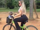 Geisy Arruda passeia de bicicleta com seu cachorro em São Paulo
